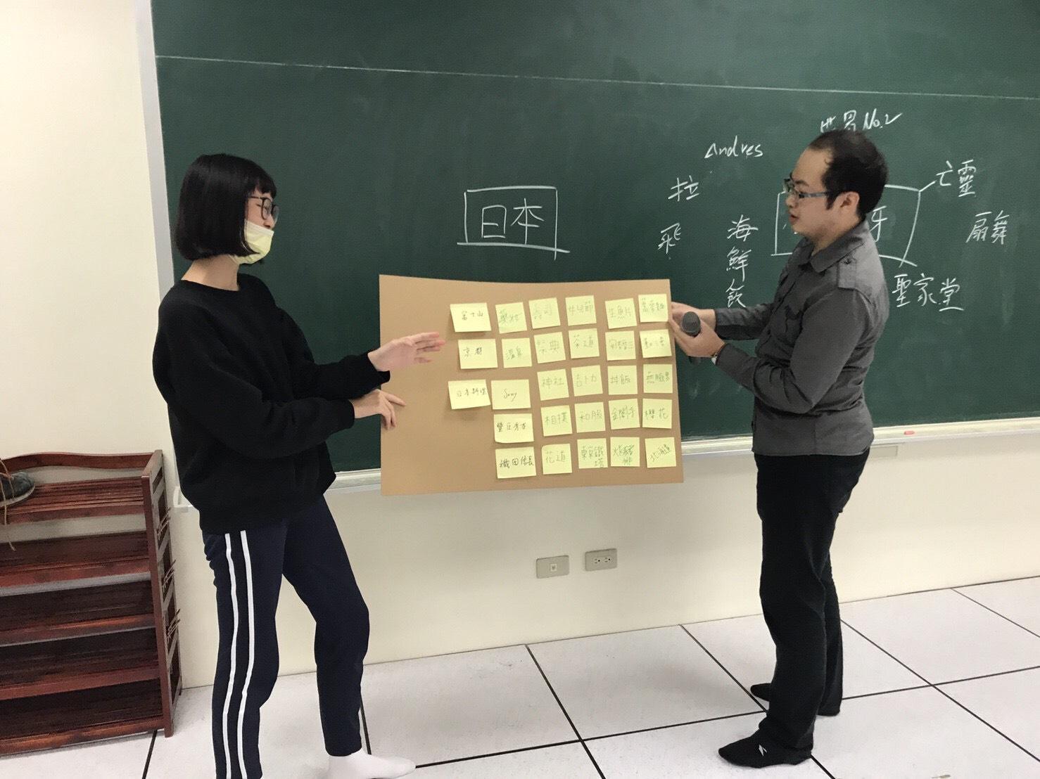 通稿照片-中原企研所學生與大園高中合作的課程發展方向主要結合高中的第二外語特色進行「行銷實作」,引導高中生去了解自己所選讀其他語言的文化特色.jpg