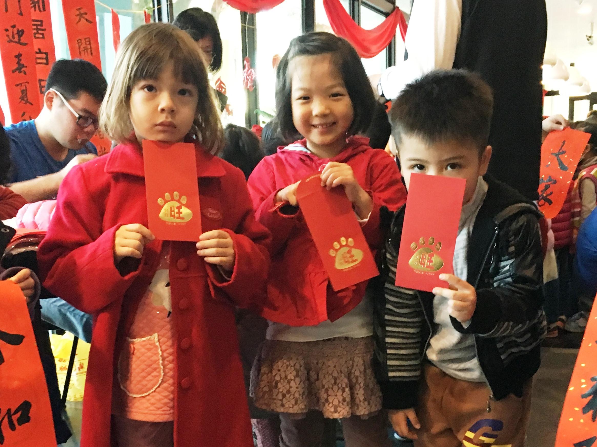 通稿照片03-迎接金狗年中原大學特別發揮創意製作「2018年94狂旺」紅包袋.JPG