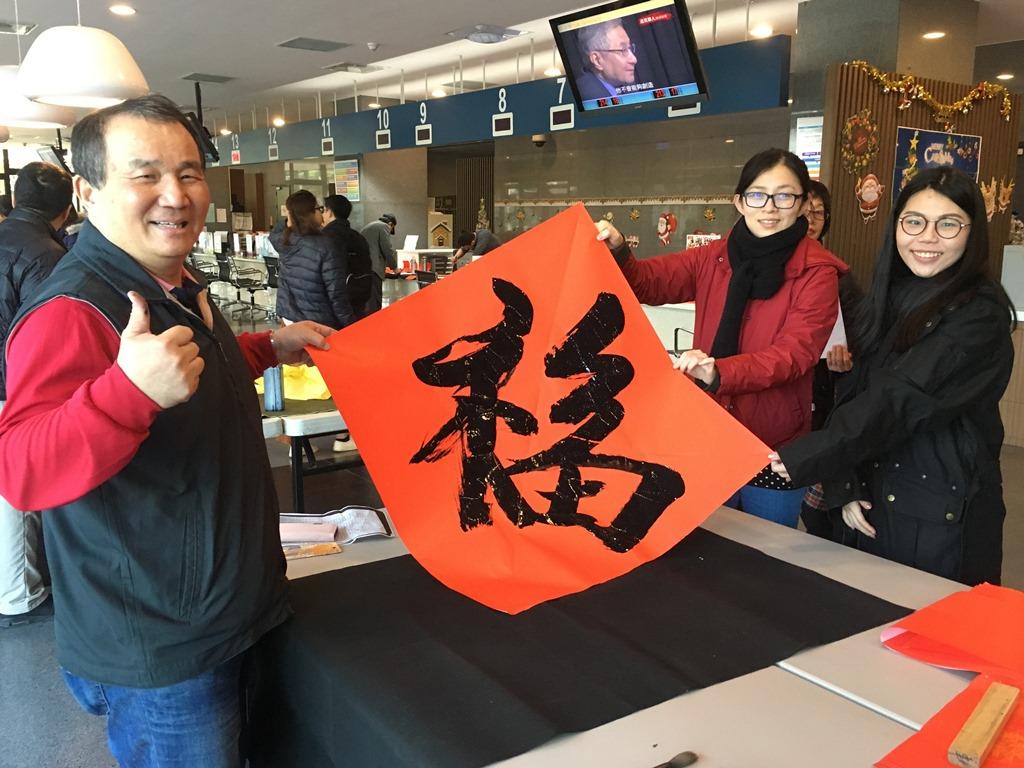 通稿照片05-中原大學邀請余章鈞校友擔任貴賓,書法功力吸引許多「粉絲」在桌前排隊.JPG