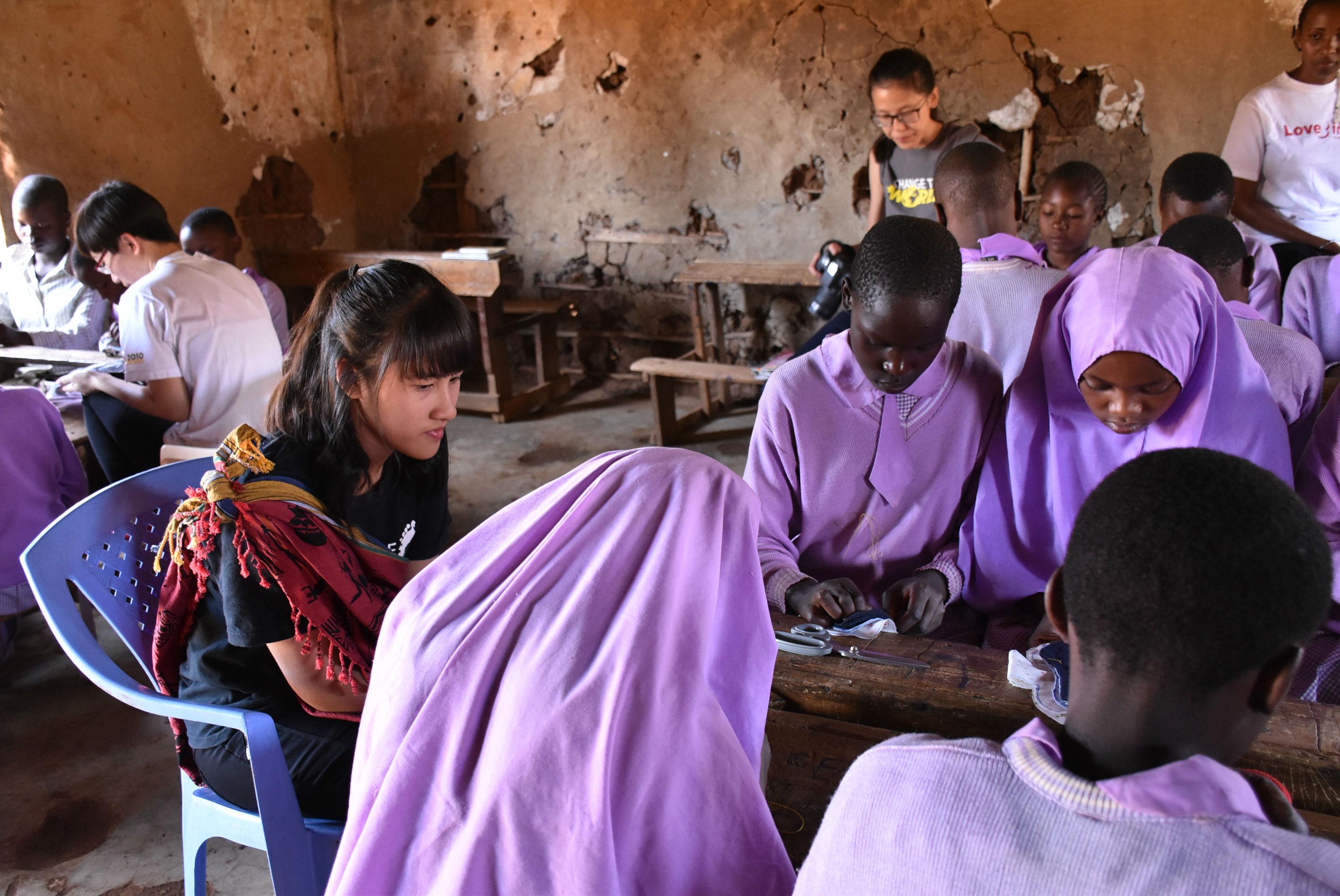黃沐庭在非洲教女孩縫製布衛生棉.JPG