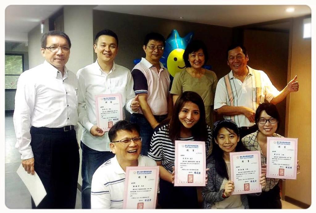 普仁董事長林飛宏先生頒發感謝委員證書予八位長期關懷普仁的朋友們,勉勵大家共同努力,使得會務發展得以順利進行.jpg