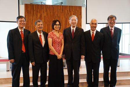 柯德仁老師與均是詩班成員的歷任校牧室主任合影。左起-許政行、楊敏生、高欣欣、柯德仁、賴再興、董世平.JPG