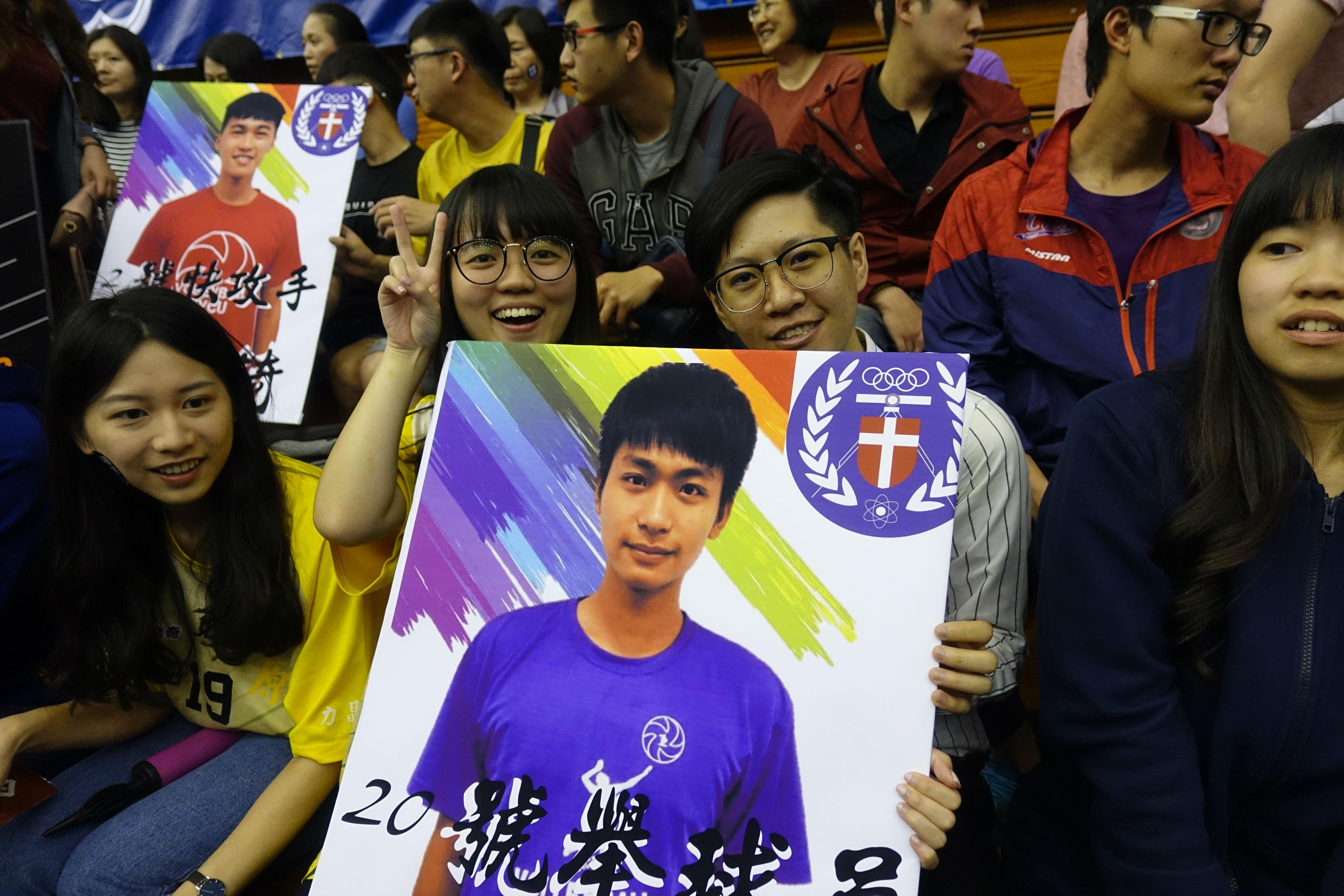 中原學生為選手加油.JPG