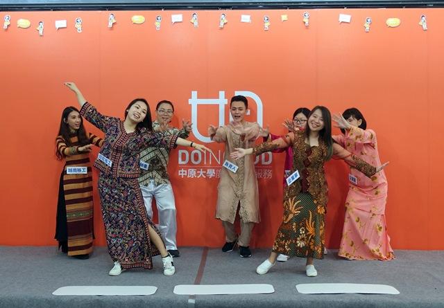 通稿照片02-中原學生在記者會上表演行動劇,希望告訴大家移工是企業最佳文化顧問及語.JPG