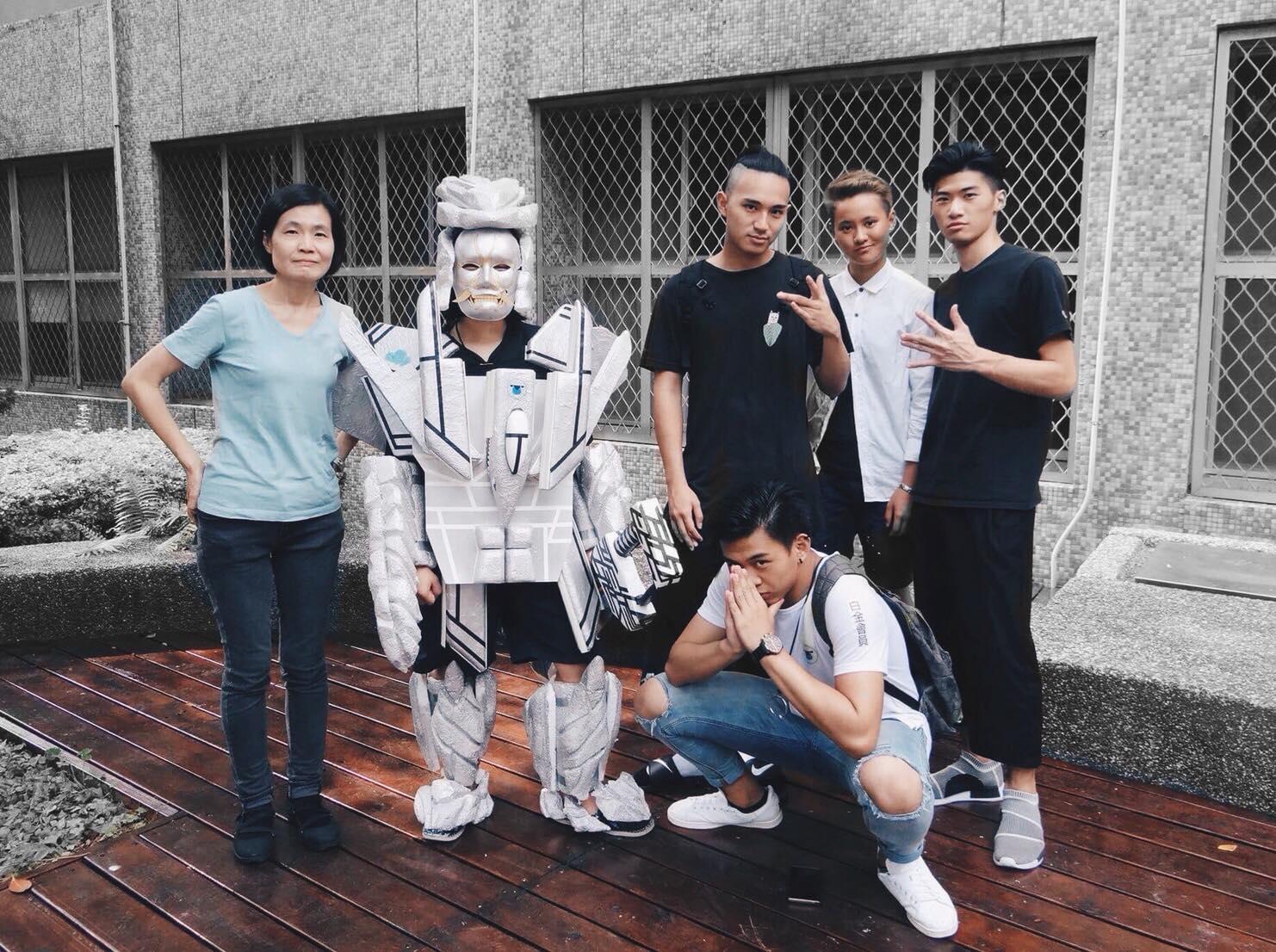 唐德容(右二)在大一基礎設計課和同學共同設計創作真人版變形金剛.jpg