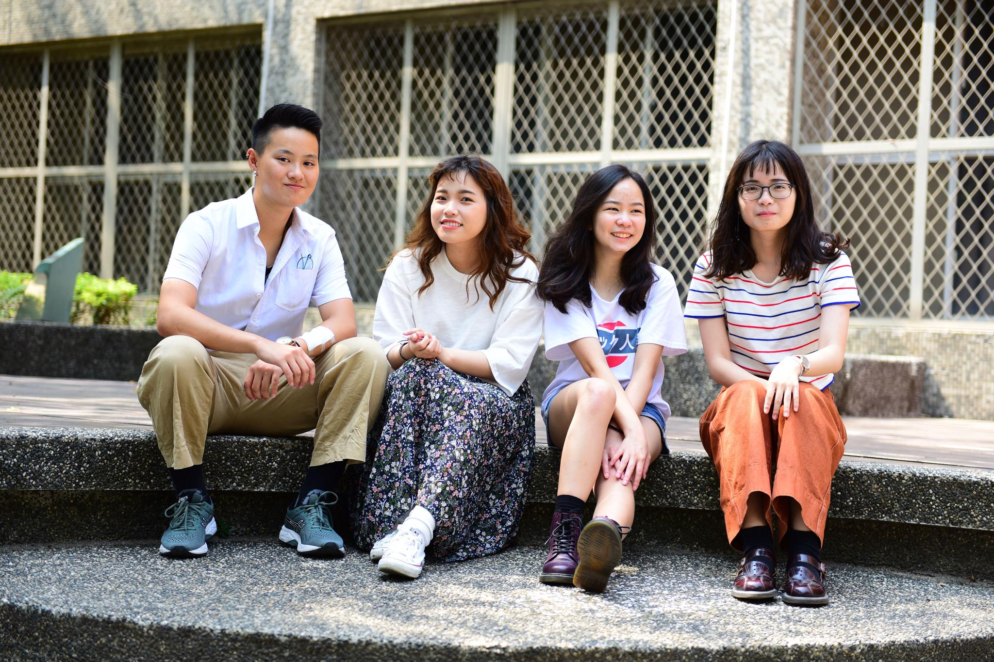 唐德容(左一)與同學相處融洽.JPG