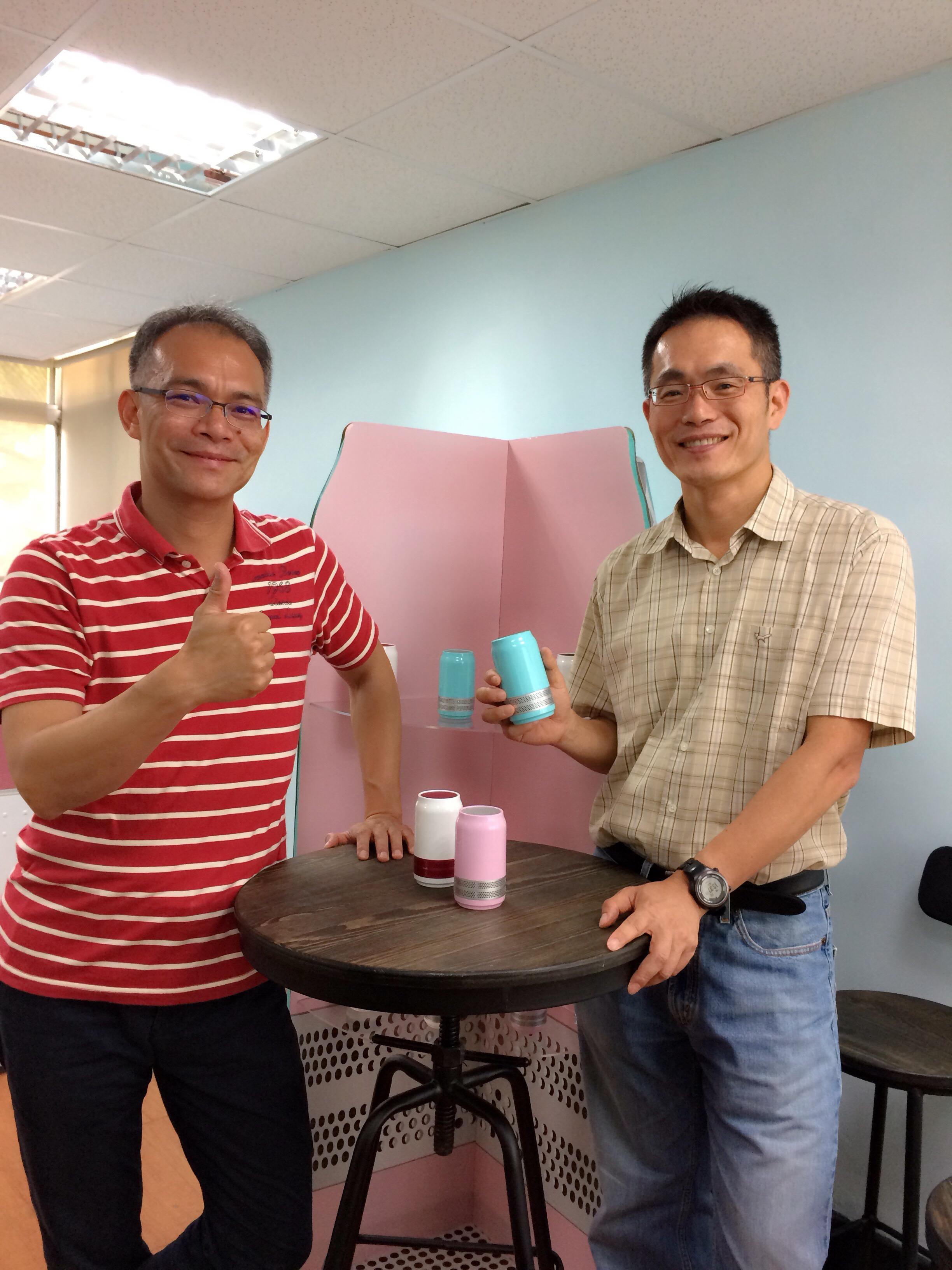 「互動創新」創辦人張中星(左,化工84級)與錢文正(右)