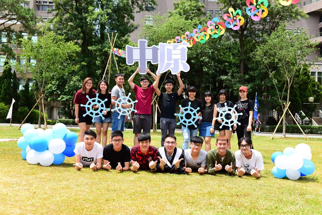 通稿照片-來自馬來西亞的企管系應屆畢業生沈子淵(圖中第一排著畢業服)對於中原大學精心安排的主題畢業典禮感到非常驚喜.JPG