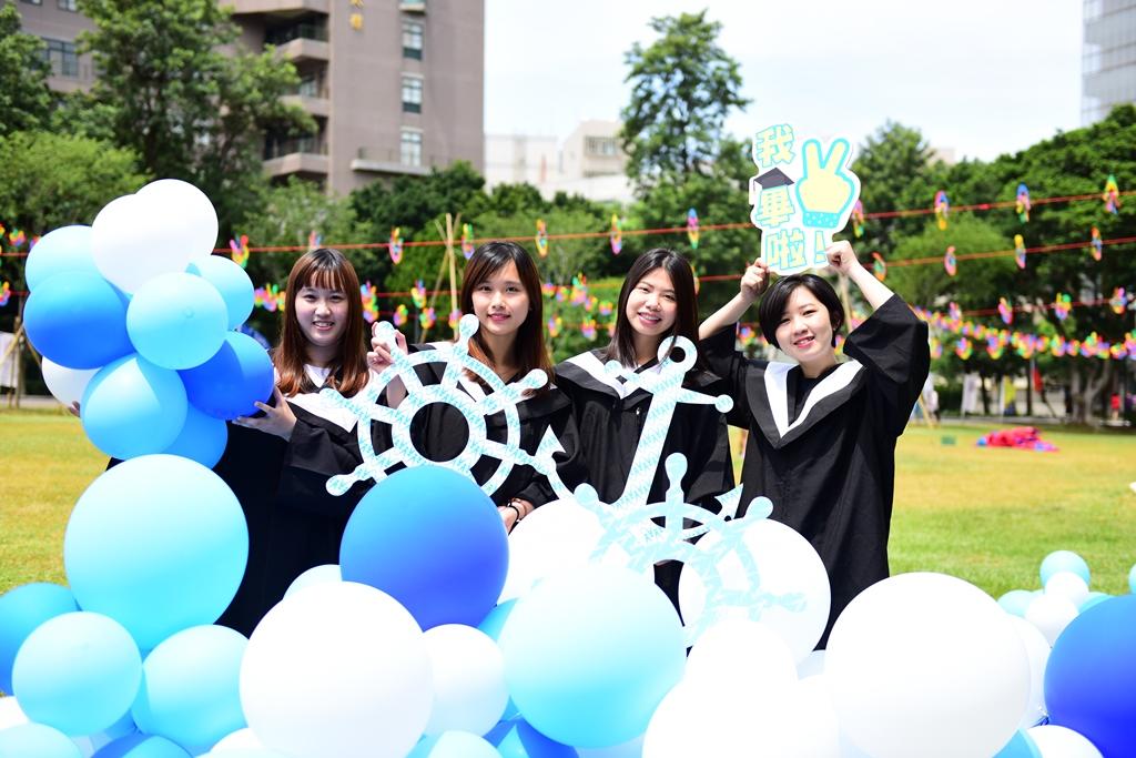 通稿照片-中原大學創意畢業典禮將校園打造成一片承載畢業生夢想與未來的海洋世界.JPG