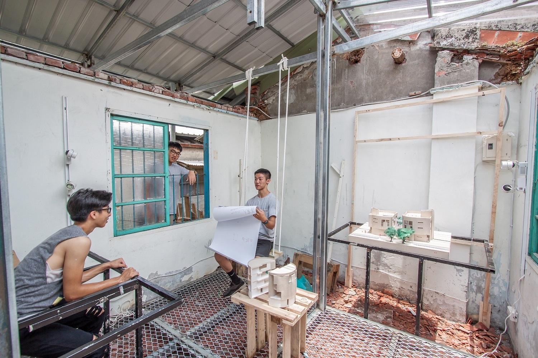 通稿照片-中原大一建築設計成果展讓觀展群眾,在一個廢墟空間中,藉由模型空間的理想性開始編織對於一個美好家園的想像(謝統勝攝).jpg
