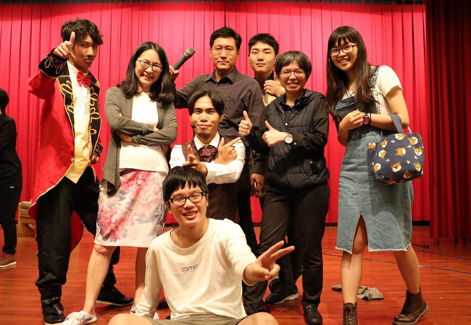 通稿照片-中原大通識中心副教授張浩(後排中)的「一起來玩音樂劇」,帶領學生玩出西洋經典名劇。.jpg