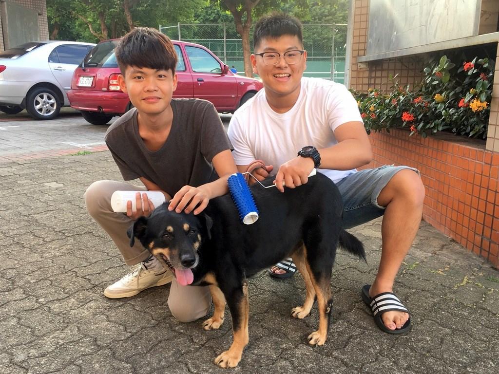 杜兆翔同學(右)等人設計「滾輪毛梳」,採用柔軟的塑膠材質,兼具按摩與除毛功能.JPG