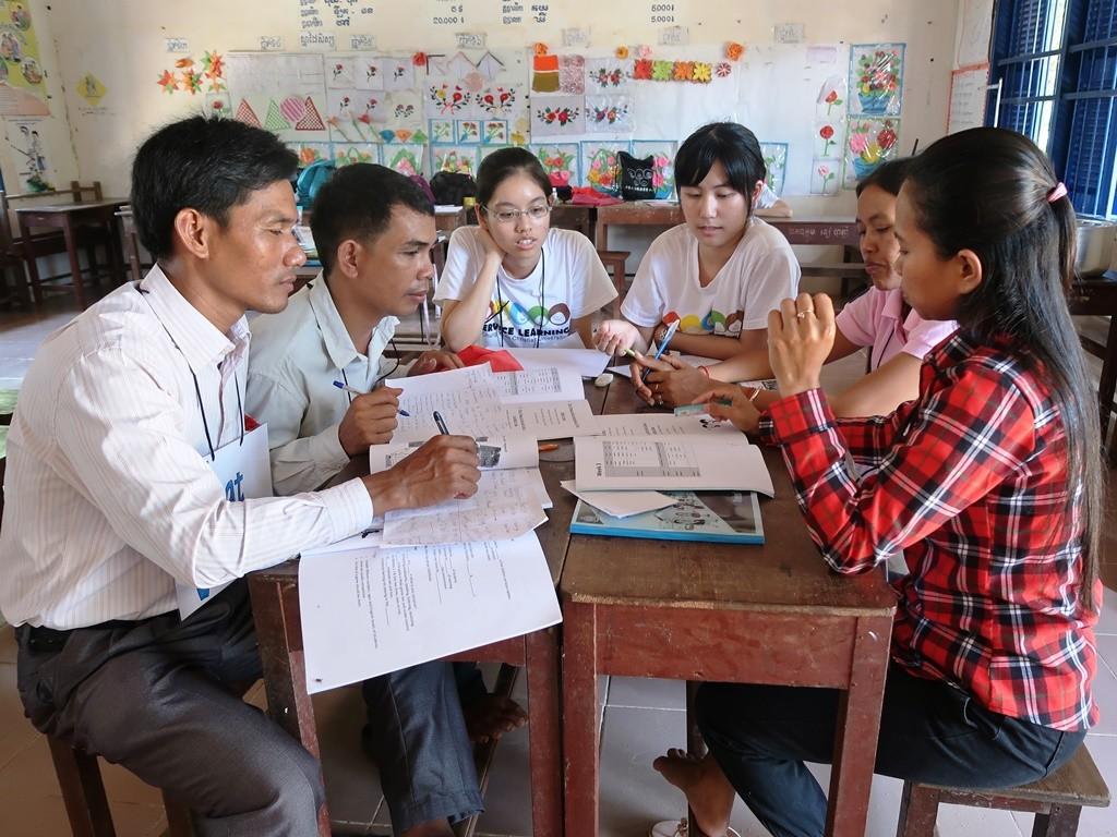 通稿照片04-中原大學志工在柬埔寨偏鄉提供國小教師多元英文教案.JPG