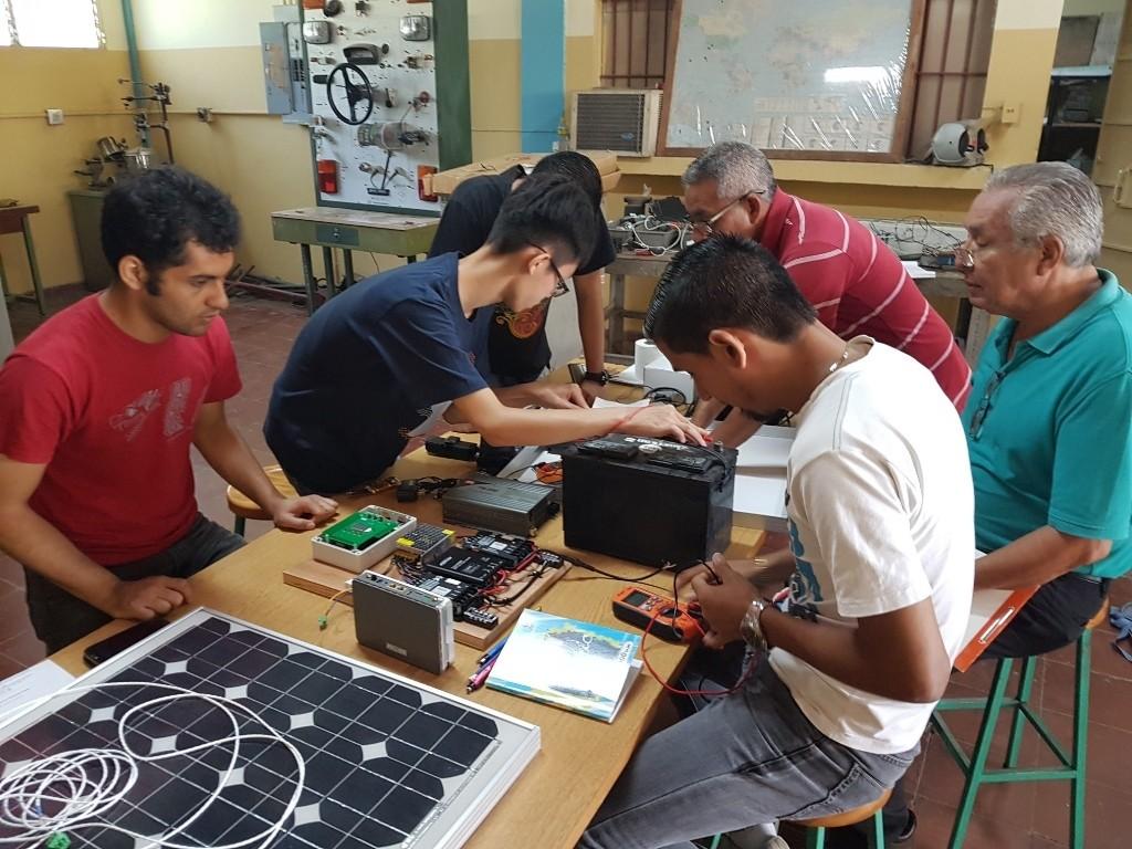 通稿照片06-中原海外志工為薩爾瓦多引進再生能源協助發展「太陽能教育中心」.jpg