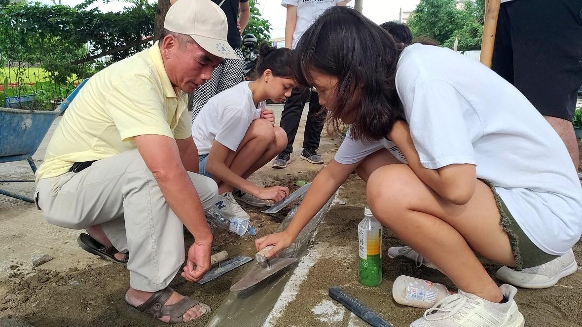 中原師生與社區民眾共同整地、鋪磚,讓宗祠前的茄苳樹重現威風樣貌.jpg