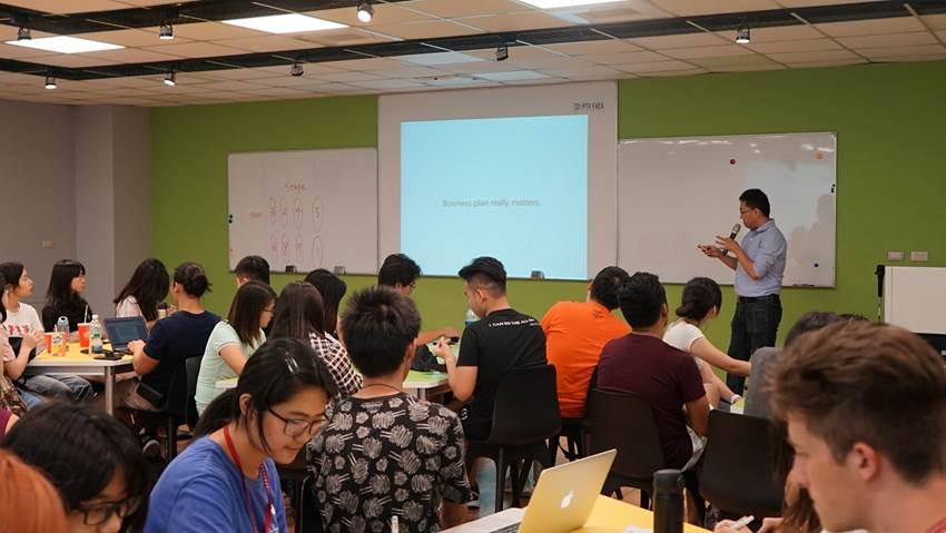 課程中老師授課及帶領各團隊進行創業項目實作.jpg