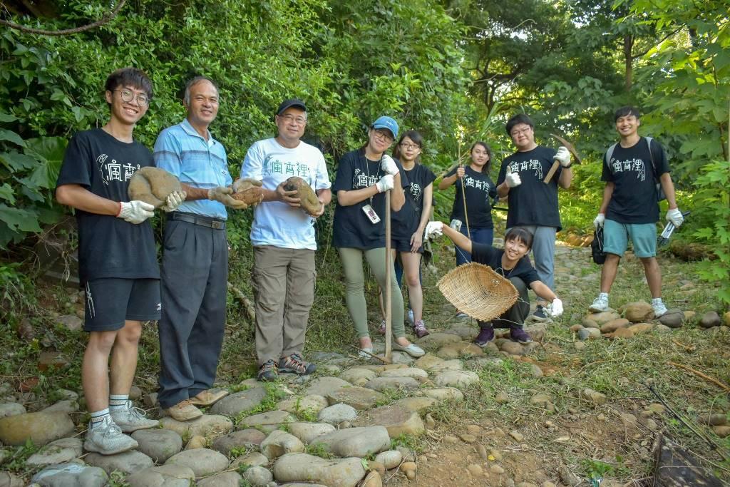 05-農活體驗帶領民眾一同進行壘石步道修復.jpg