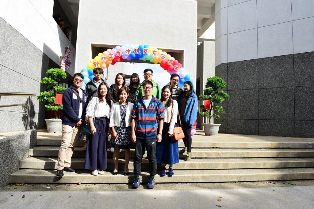 土木系館西側立面整修後煥然一新,老師與回娘家的系友拍照留念.JPG