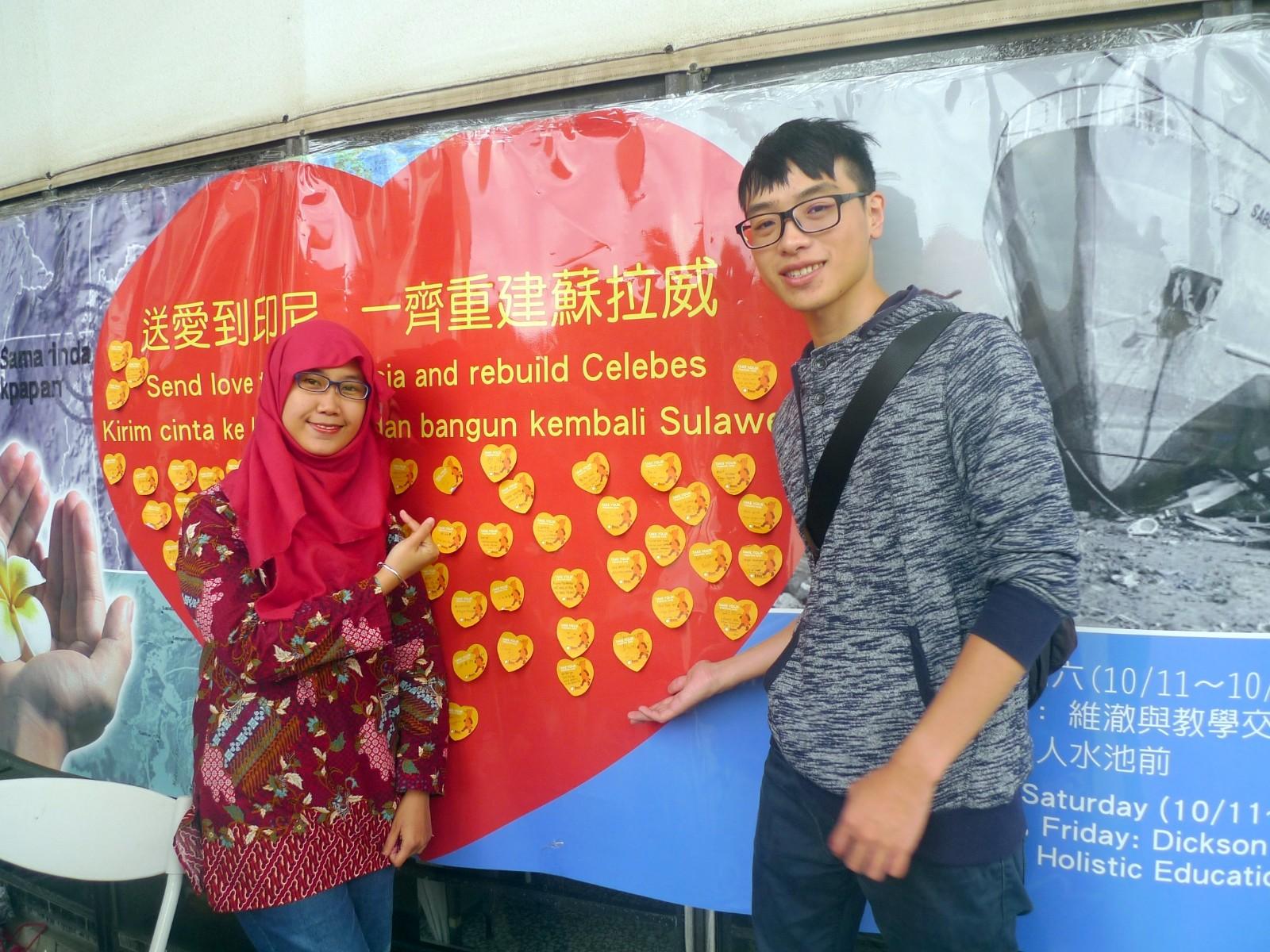 通稿照片04-中原大學「送愛到印尼」活動發起學生Sarah Mariska(圖左)感謝中原同學之愛以及台灣對印尼的關懷.JPG