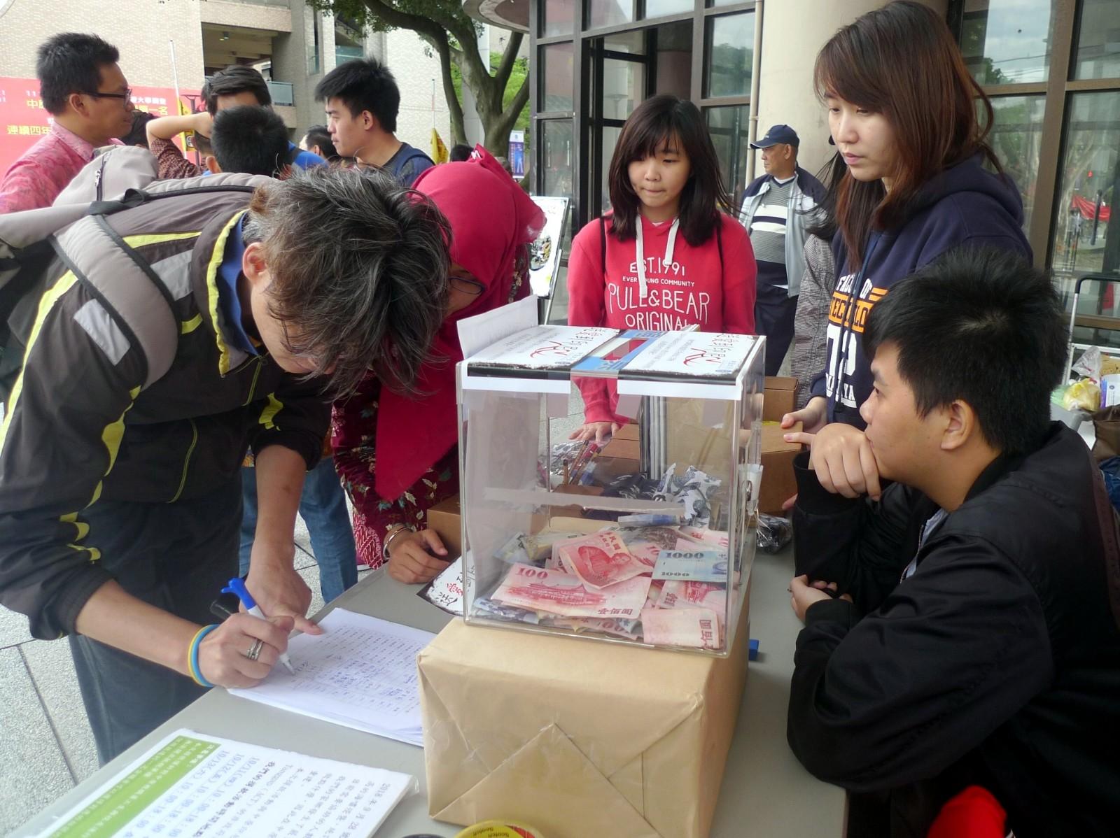 通稿照片06-中原大學校內師生參與捐款活動也寫下對印尼天災的關懷.JPG
