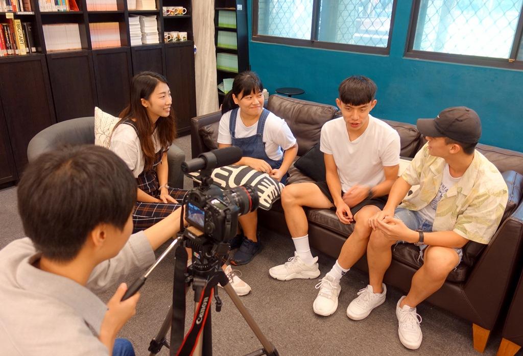 應外系學生參與「多益Fun輕鬆」課程錄製,使節目風格更為活潑,學生也獲益良多.JPG