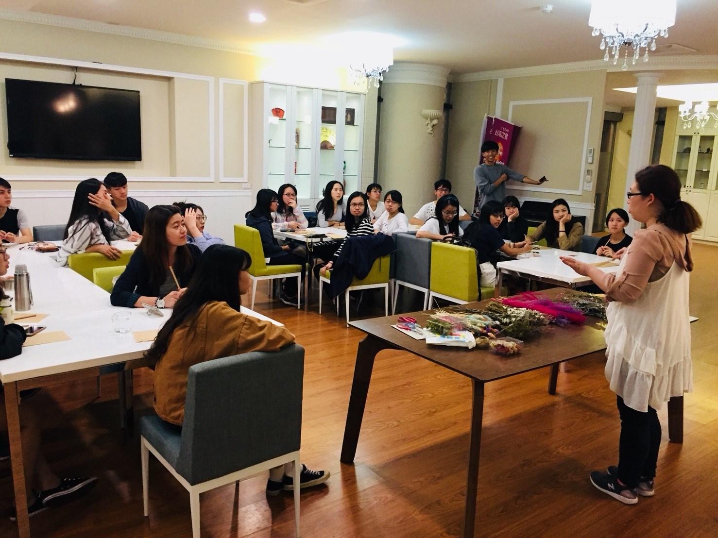 秋林信貞全球交誼廳不定期舉辦跨國文化交流活動,希望讓境外學生有回到「家」的感覺.jpg