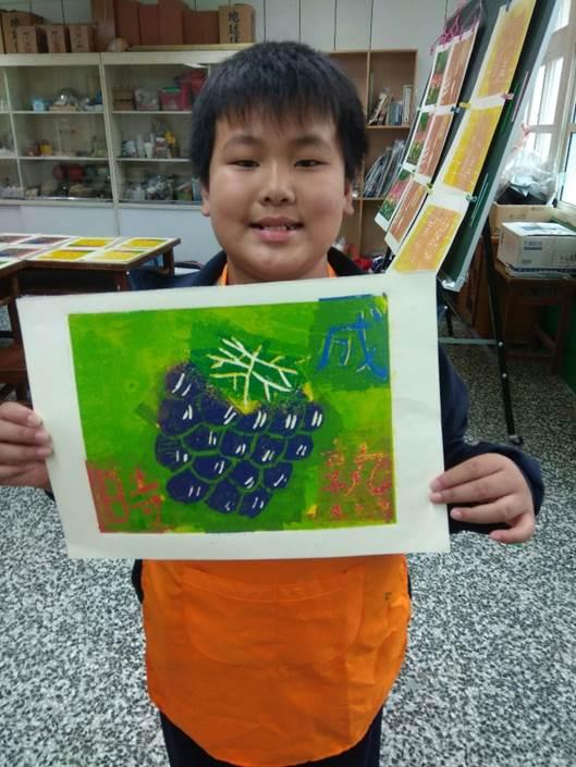 08-只有13位學生的坪林國小將孩子的版畫創作融入在地水果元素.jpg