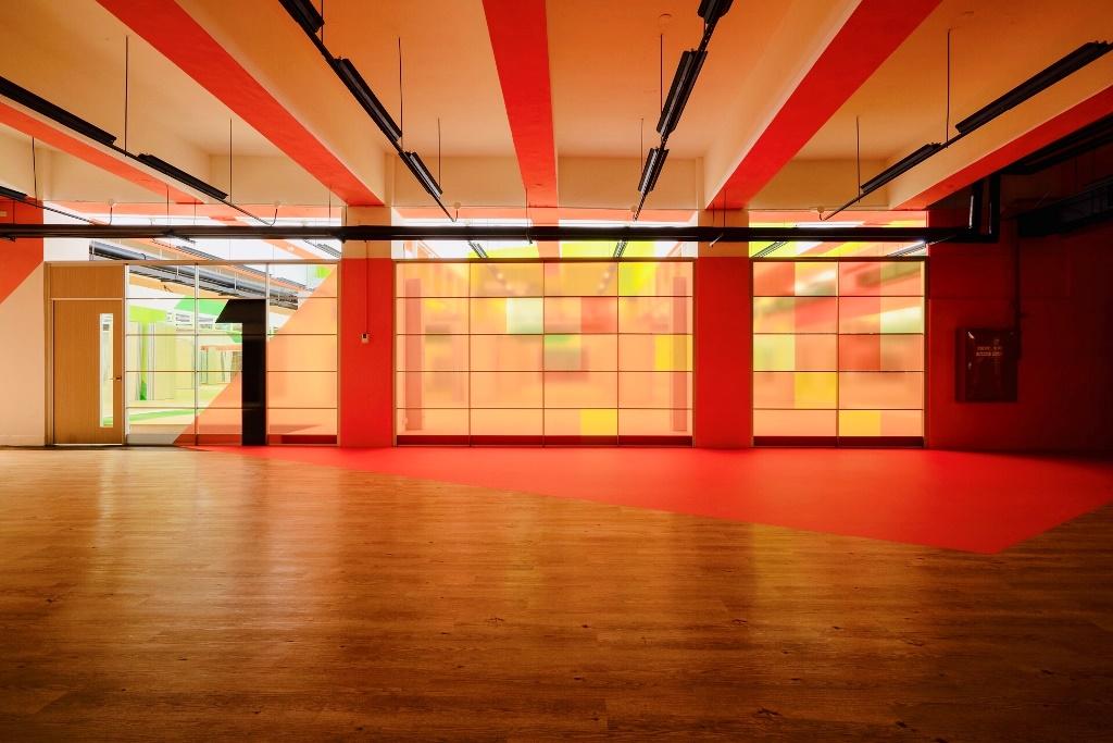 「樂河源地」搭配「橘色系」呈現溫暖的陽光,一掃地下室給人潮濕陰暗的印象.jpg