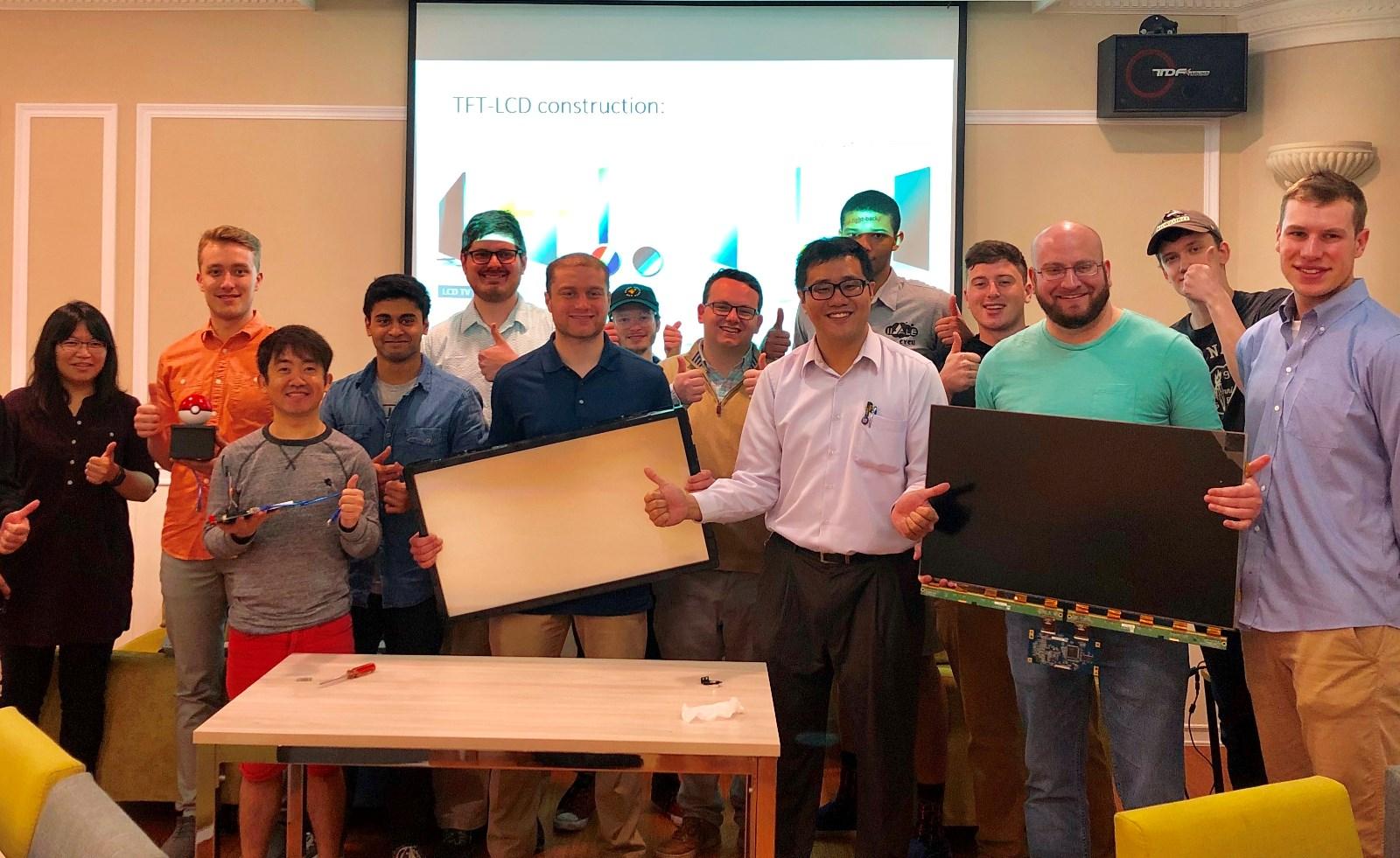 美國UWM大學交換生在中原大學學習「薄膜電晶體液晶顯示器」相關專業知識.jpg