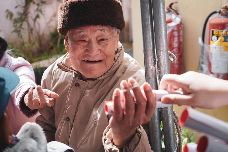 中原師生特別邀請金城社區百歲人瑞參與愛心圍爐希望他長命百歲.jpg