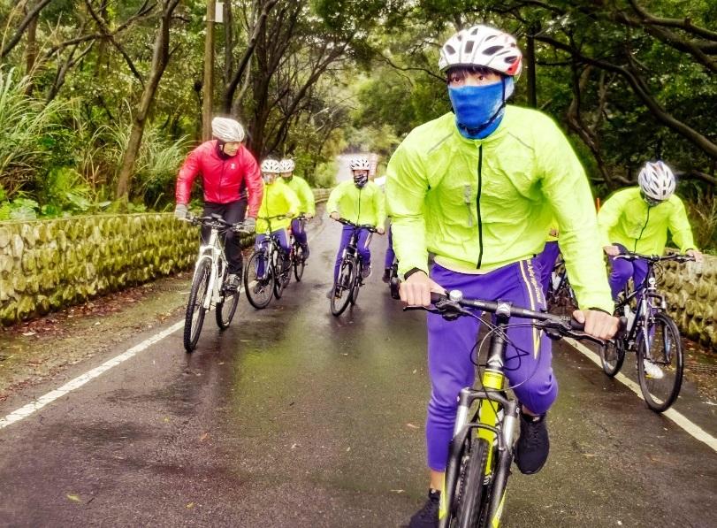 龜山國中從去年9月推動「轉動騎跡」單車圓夢計畫,圖為教練帶領學生進行單車路訓.jpg