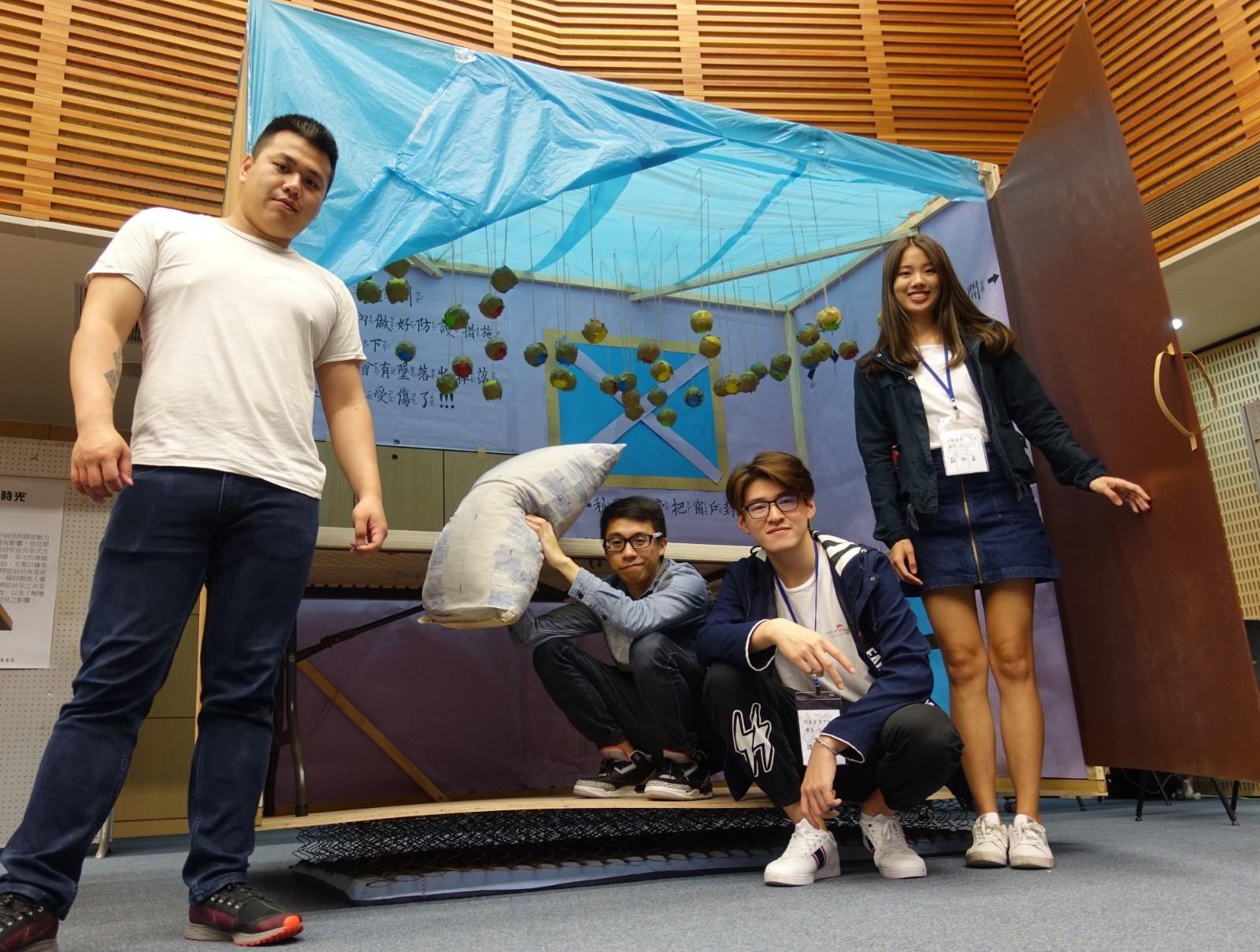 香港僑生譚利航(右二)等人設計地震防災屋,讓學童體驗地震並加強防範認知。.jpg
