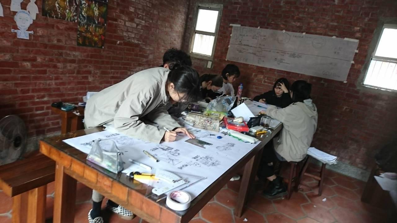 中原大學生住進埔鹽鄉社區多日,為在地提出新的設計元素與方案。圖/吳素秋提供