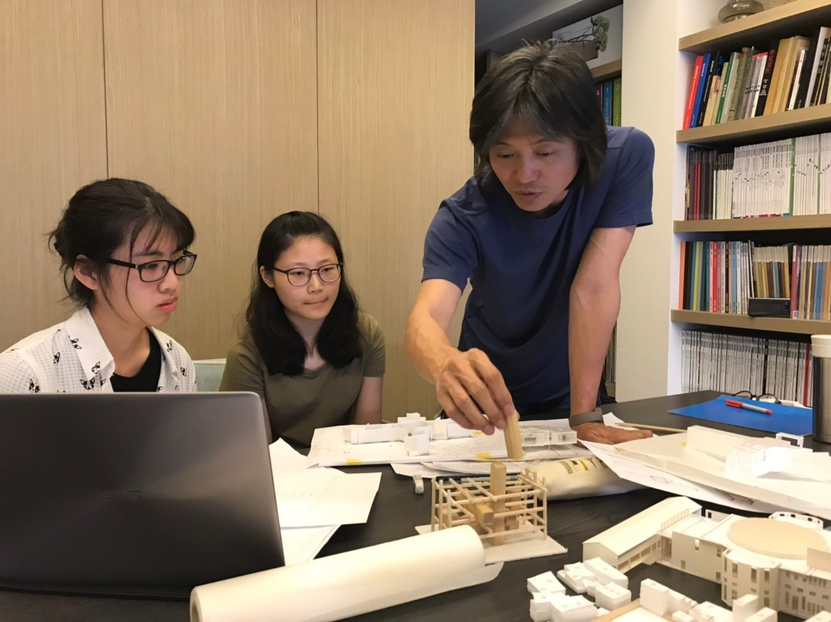 中原室設學生為使畢業設計作品更臻完善,不斷向老師請益及討論。.jpg