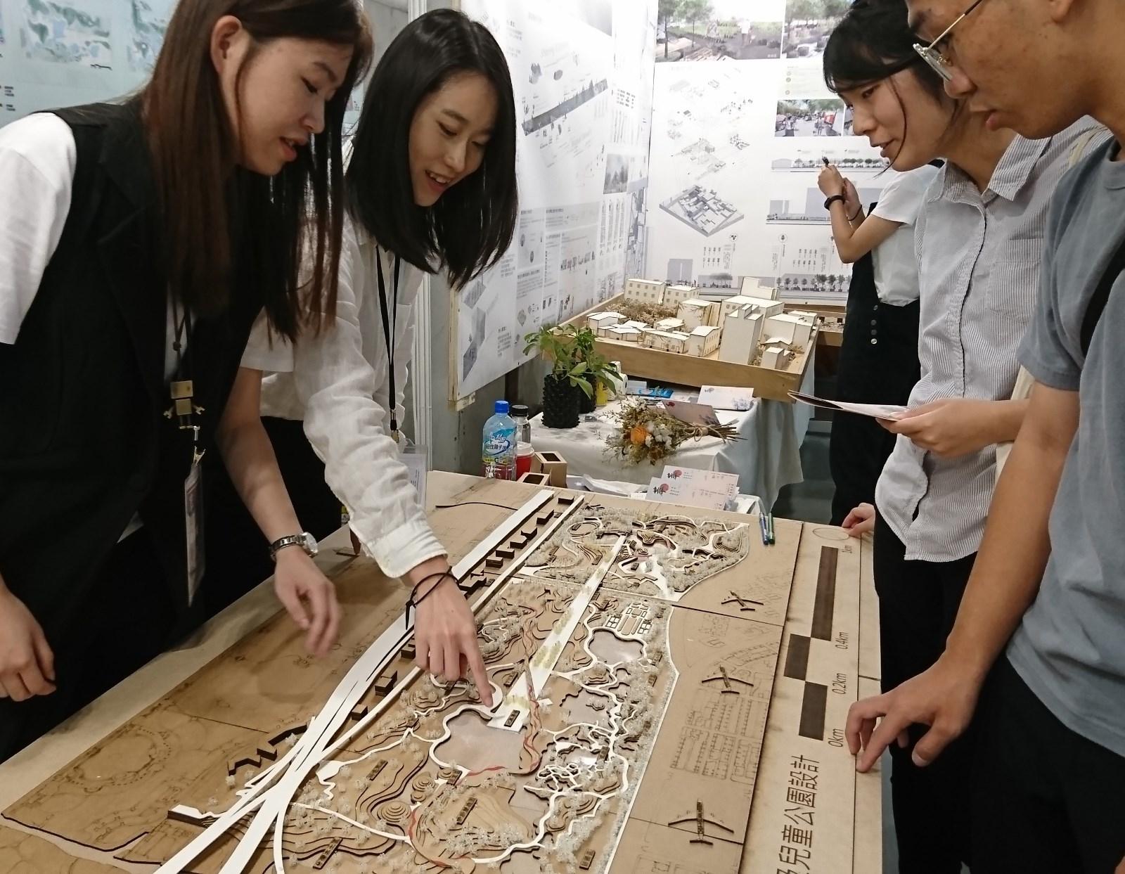 中原景觀系學生設計台北與松山機場釋出的綠地空間規劃,在全國景觀新秀展表現突出。(左起謝佳璇、姚雨均).JPG