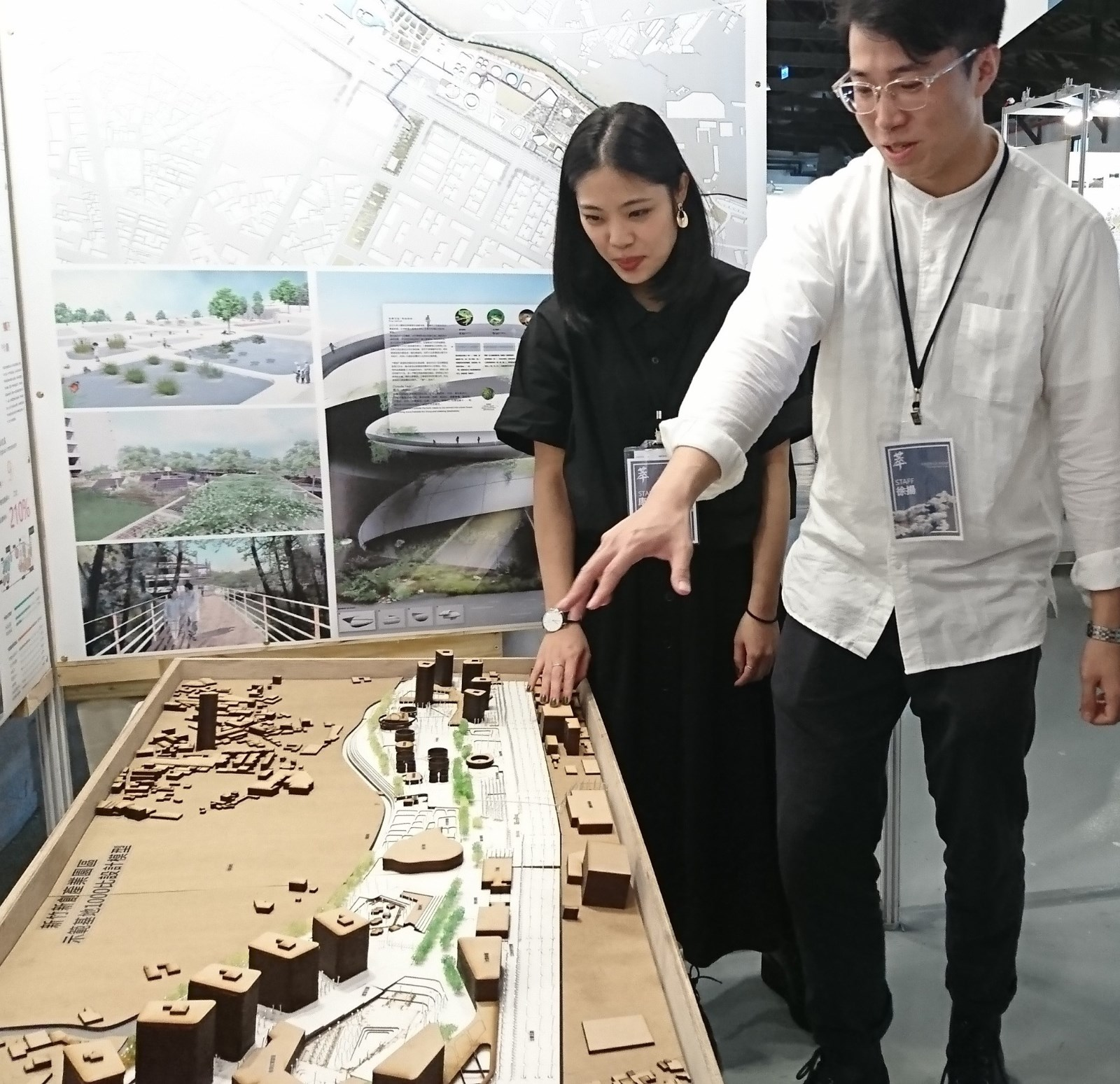 中原景觀學生康心品(左)和陸生徐揚合力擘劃新竹未來創新城市的藍圖。.JPG