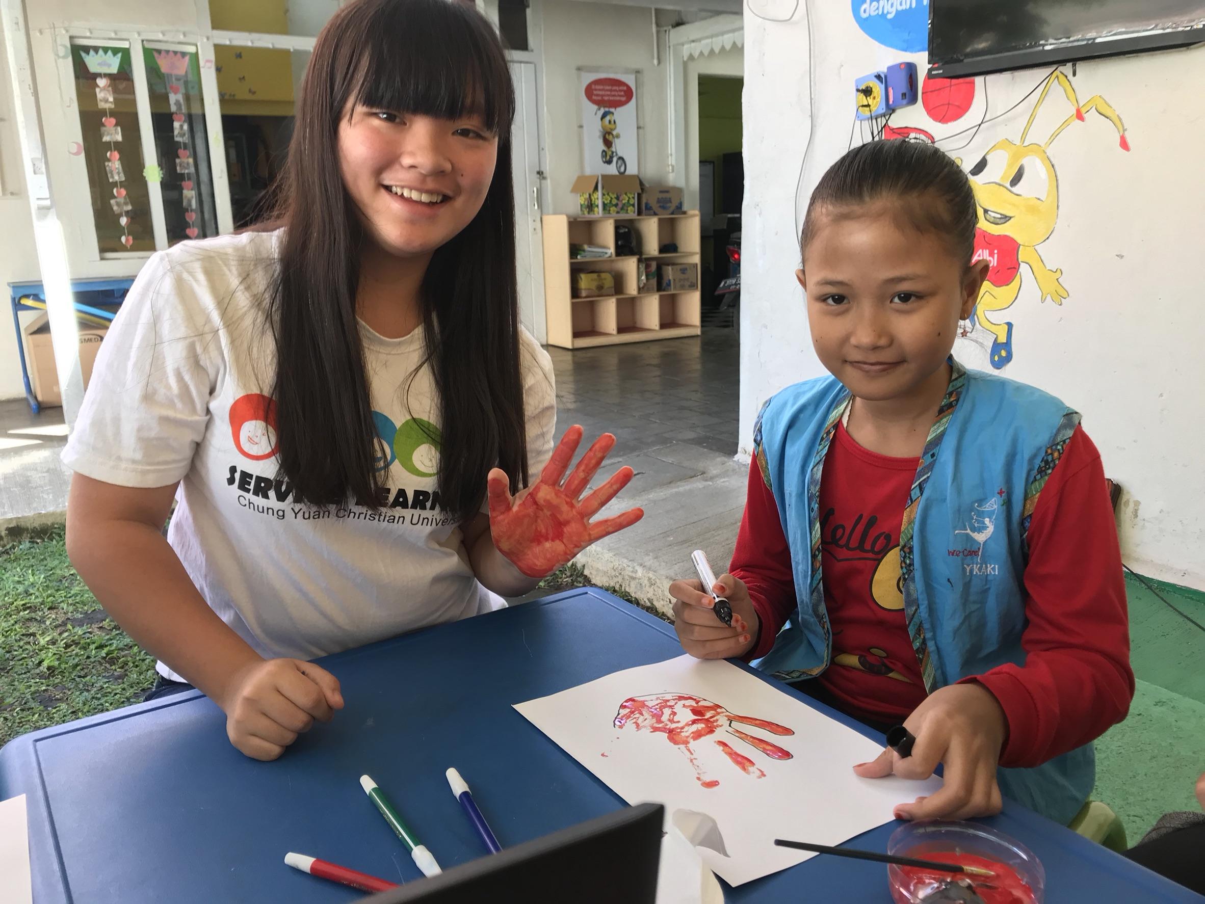 在癌症中心帶小朋友玩finger painting.jpg