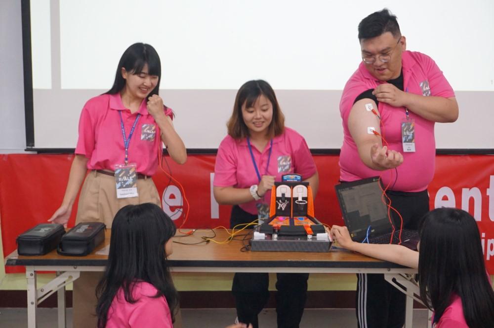中原國際營隊,來自日本與菲律賓的學生參加專題競賽,增加實作能力。.jpg