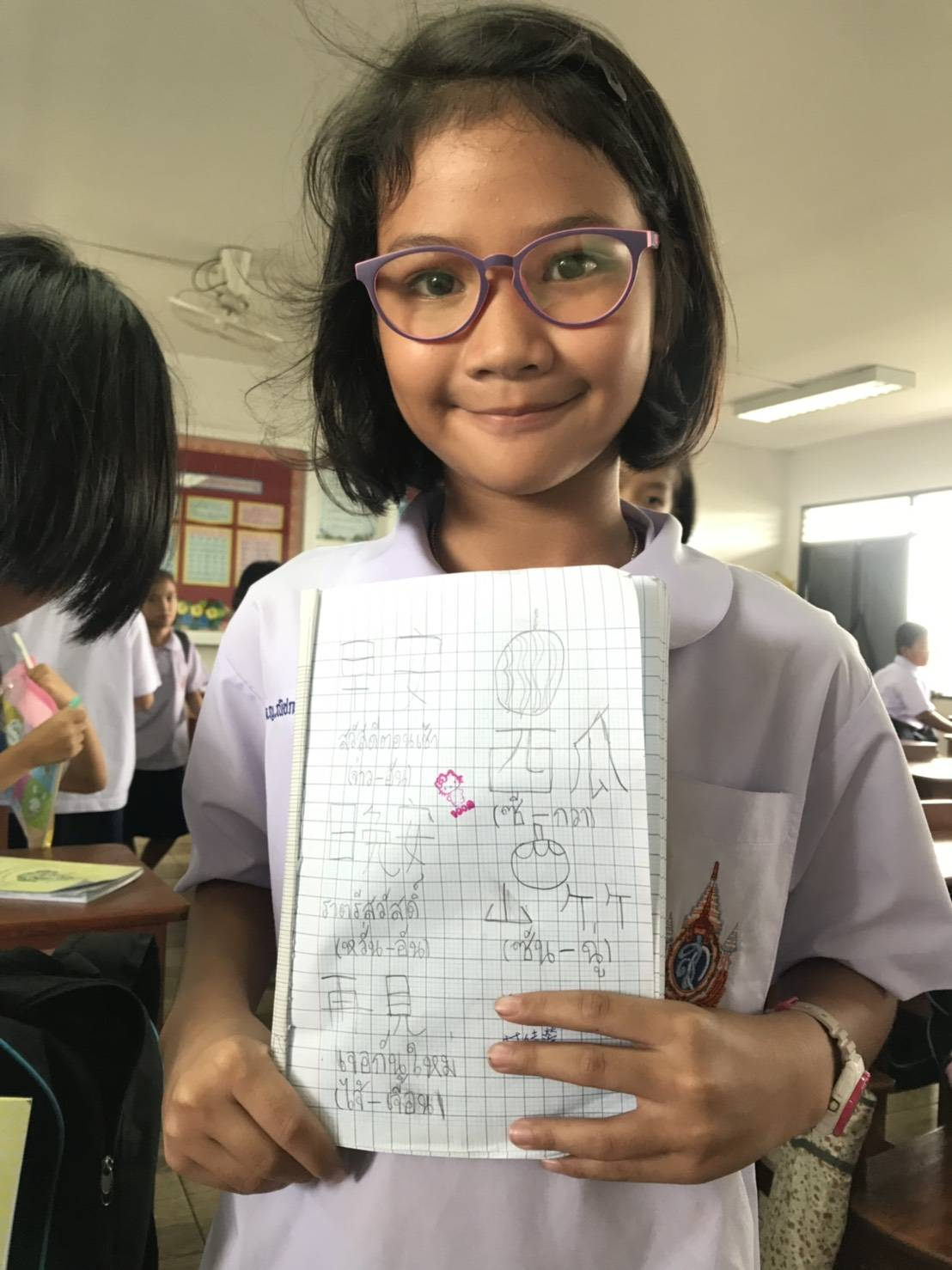 中原大學應華系學生至泰國崇聖國小教中文,該校學童開心展示學習成果。.jpg