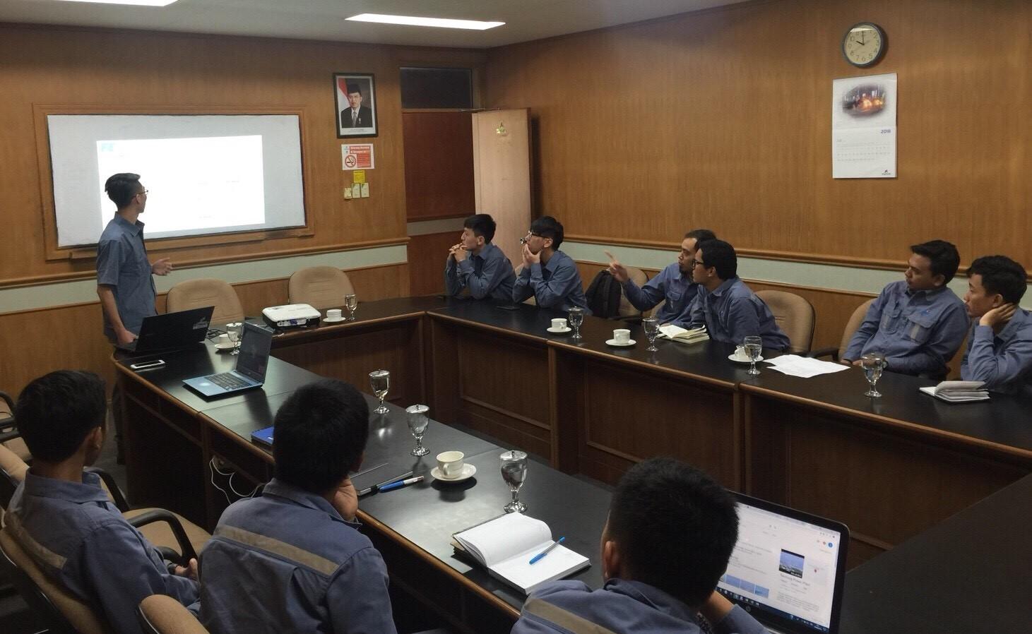 電機系學生至印尼水力電廠實習,並在該公司例行會議簡報。.jpg