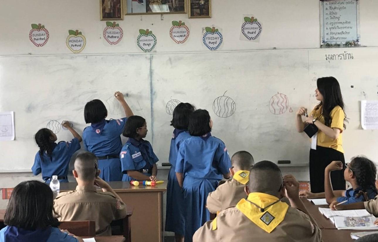 中原大學應華系學生魏以佳(右)將繪畫融入華語文教學,增加孩童學習興趣。.jpg