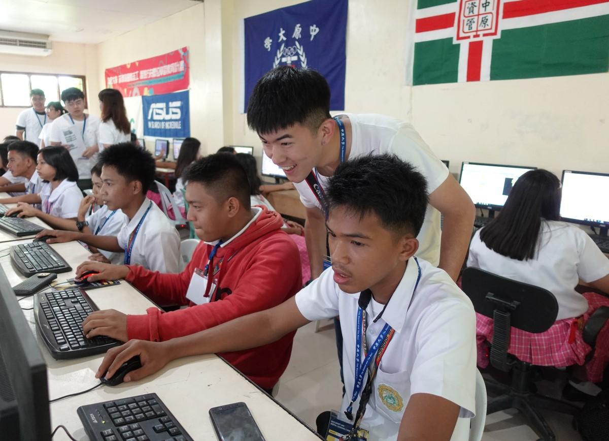 通稿照片07-中原大學資管系學生在菲律賓南民答那峨島服務,希望讓當地孩子更容易對於數位科技產生興趣.JPG