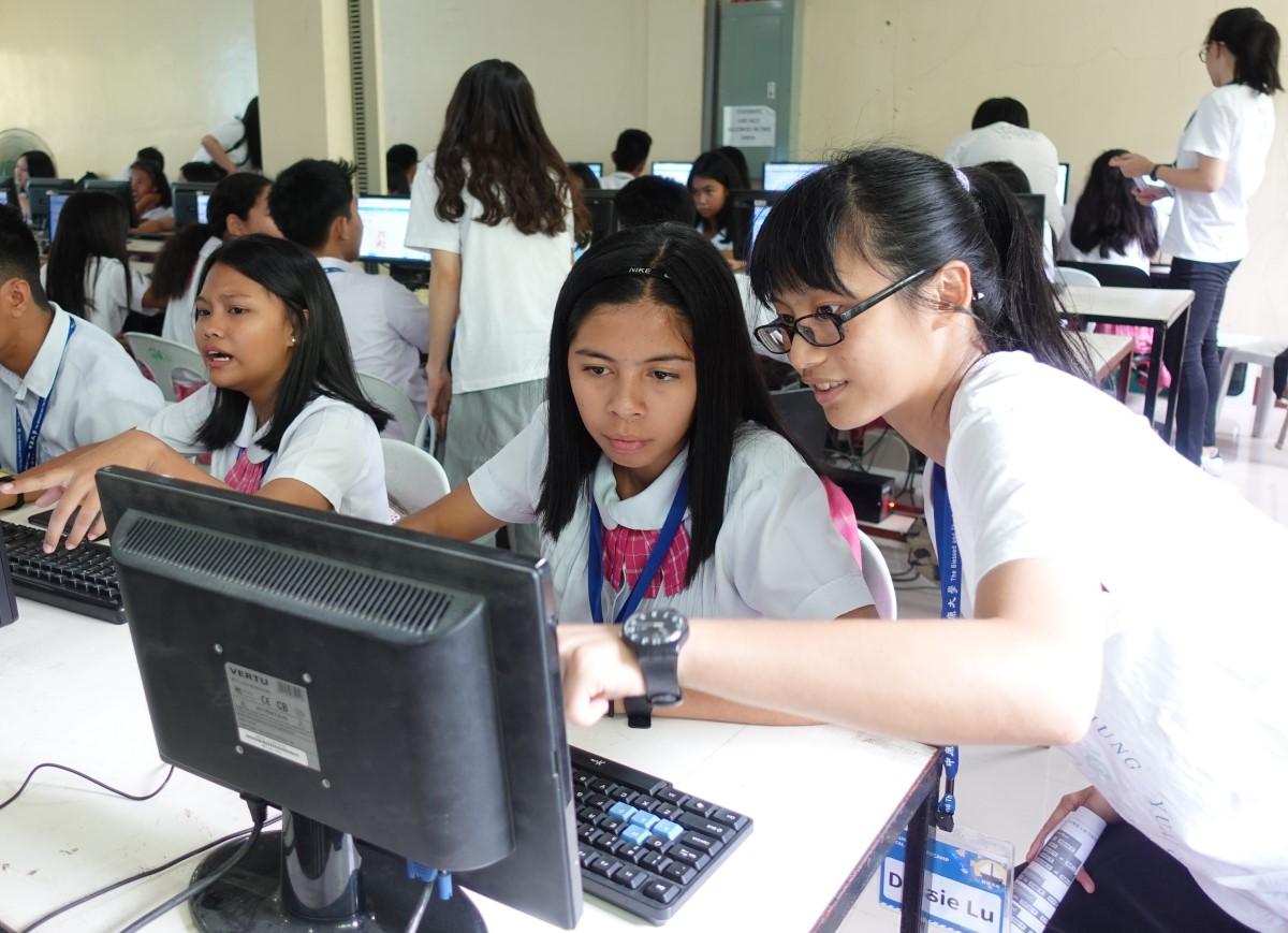 通稿照片08-中原大學與南民答那峨大學合作,為當地120位學生舉辦為期兩週、兩個梯次的資訊教育營隊.JPG