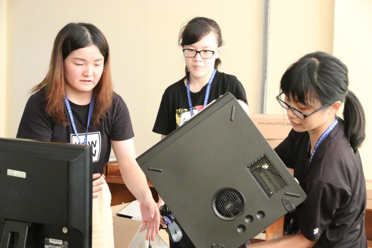 給大紀元-中原資管系國際志架設華碩捐贈的40台再生電腦,為菲律賓南民答那峨成立了第一所台灣數位機會中心.jpg
