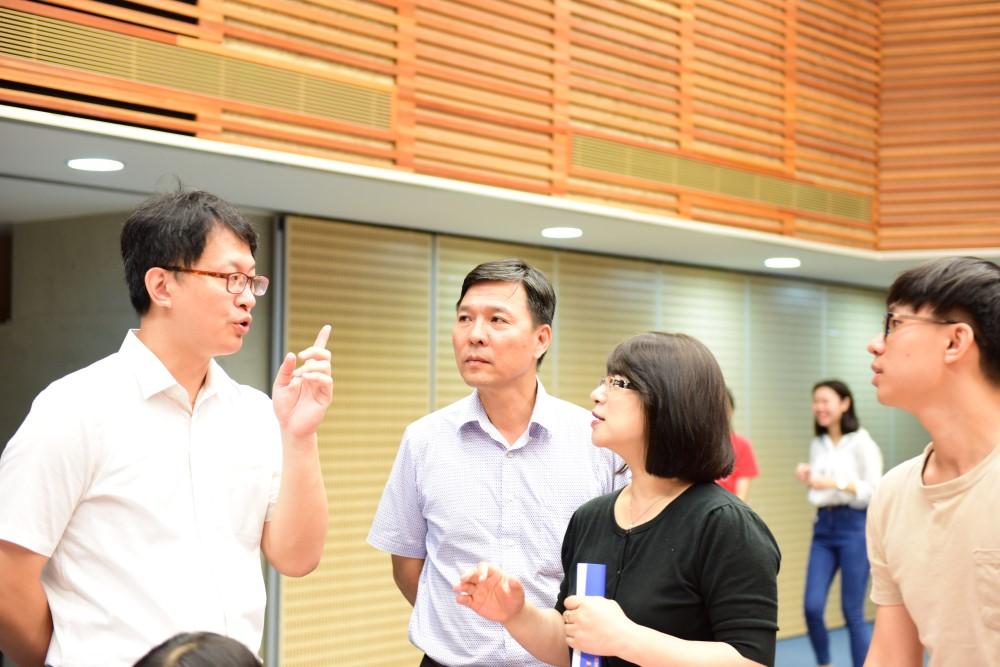 李國誠老師(圖左)和與會家長及新生溝通、交流.jpg