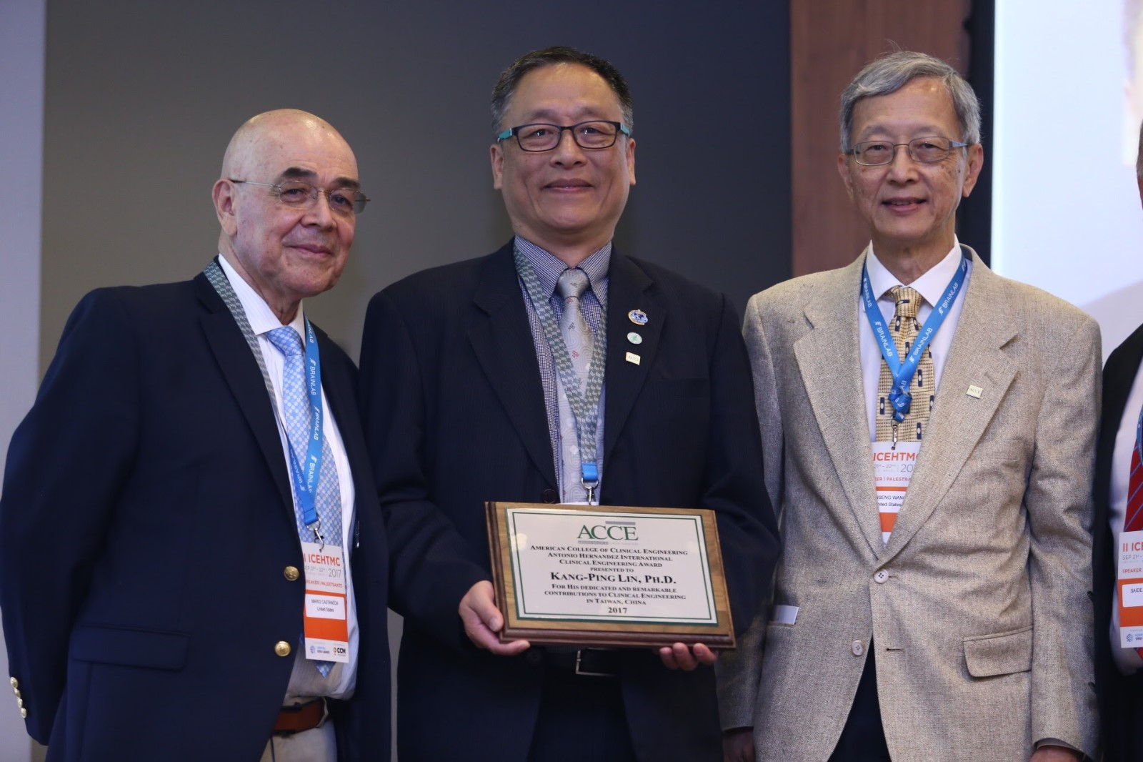 林康平特聘教授(圖中)2017年榮獲美國臨床工程師協會(ACCE)頒發國際臨床工程獎.JPG