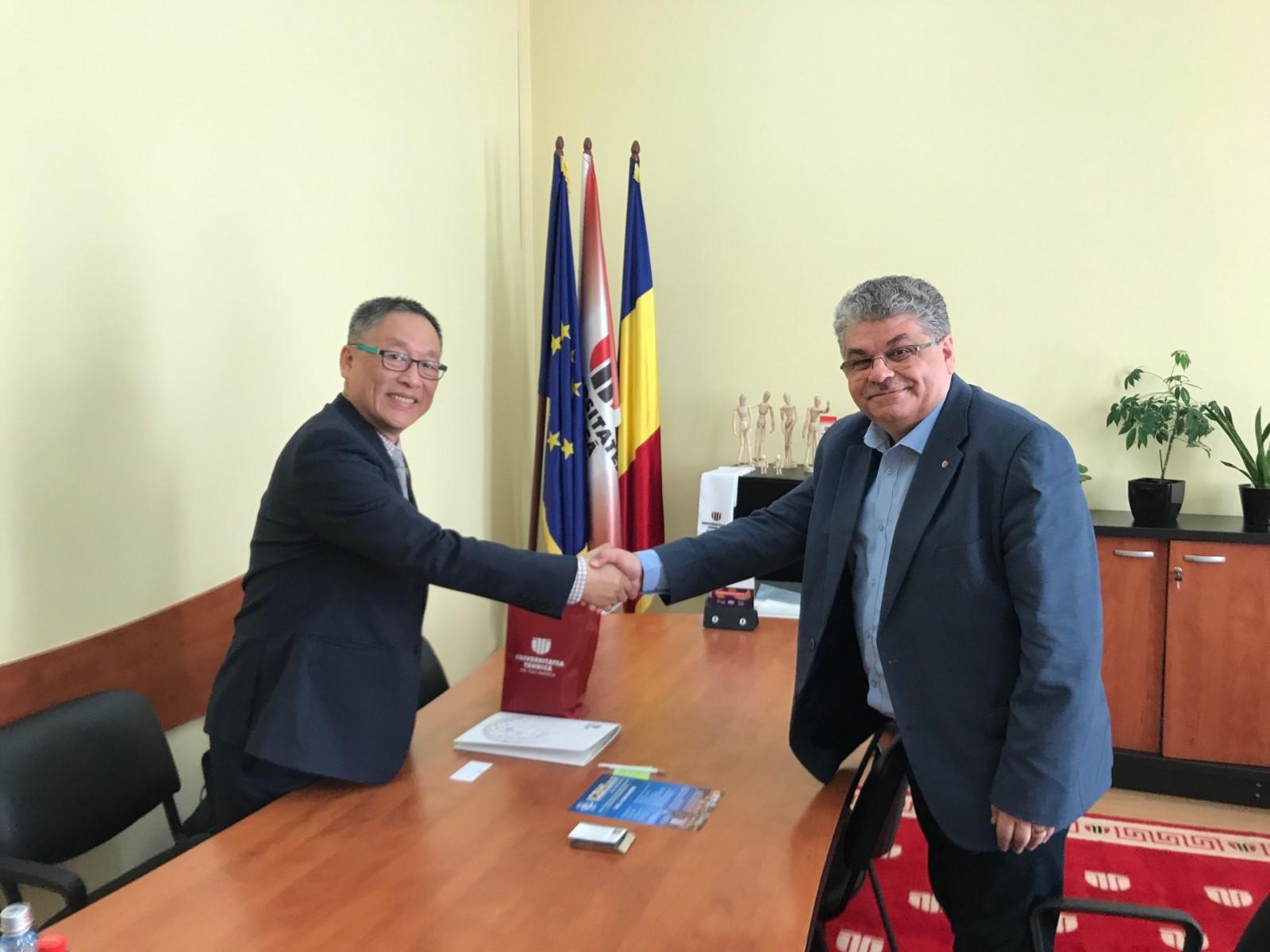 林康平特聘教授(圖左)以IFMBE秘書長身分與羅馬尼亞衛生單位政府官員交流.JPG