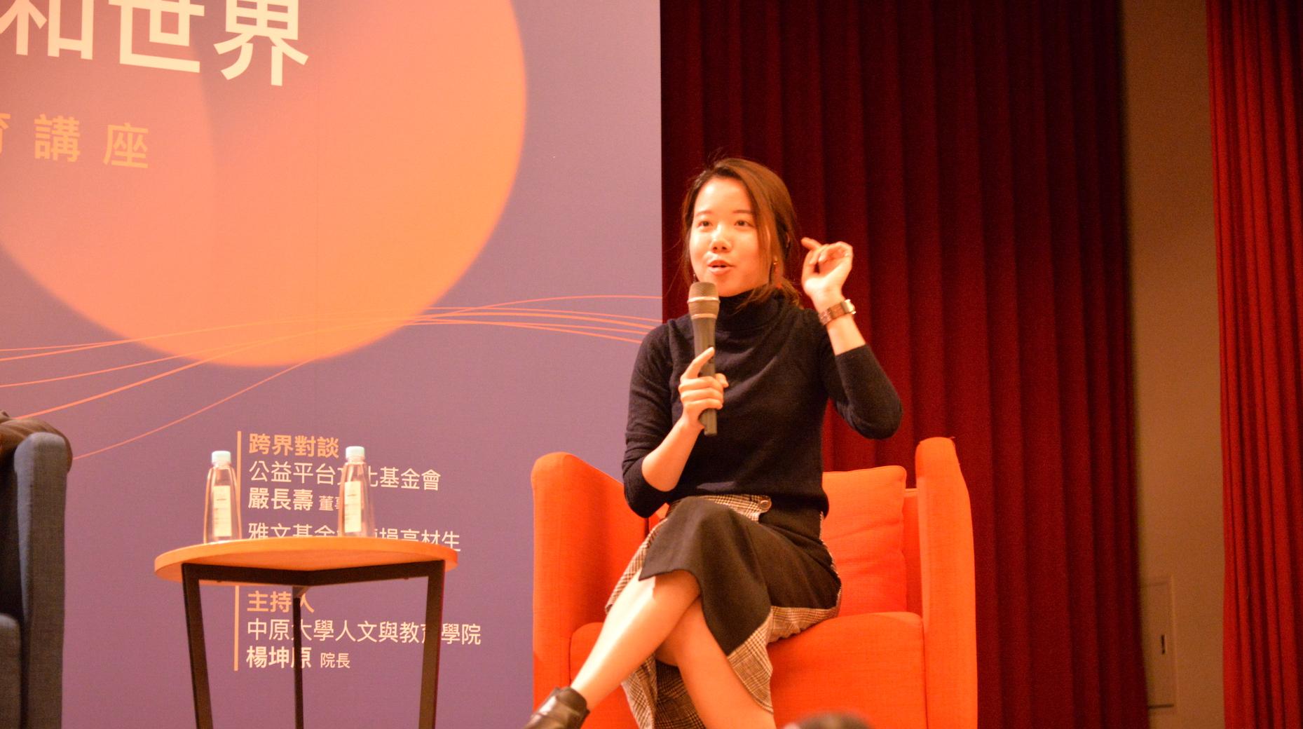 聽障高材生林以婕在座談中和青年們侃侃而談她的心路歷程。.JPG