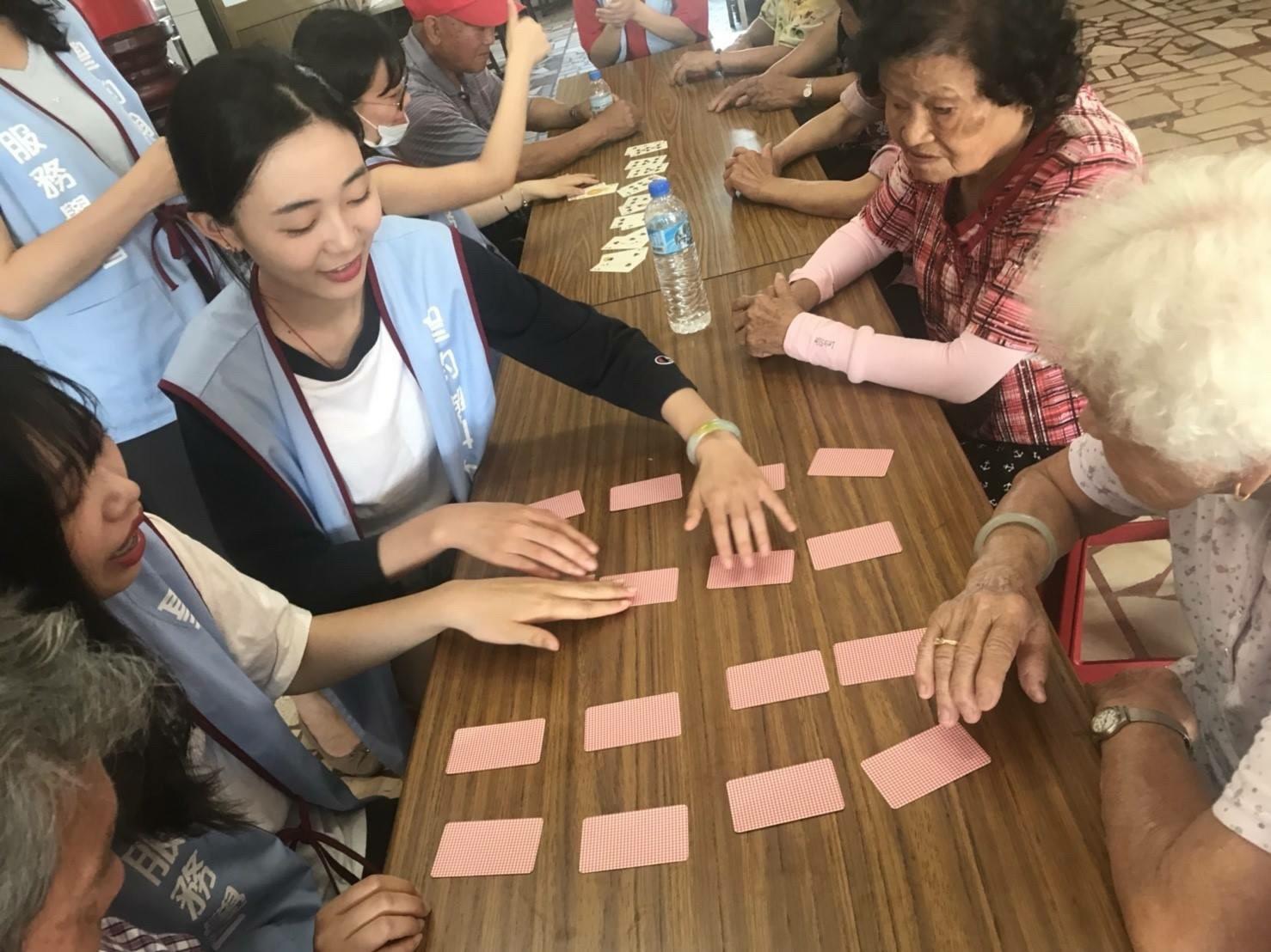 01-聖約翰科技大學服務團隊以遊戲方式陪伴社區長者.jpg