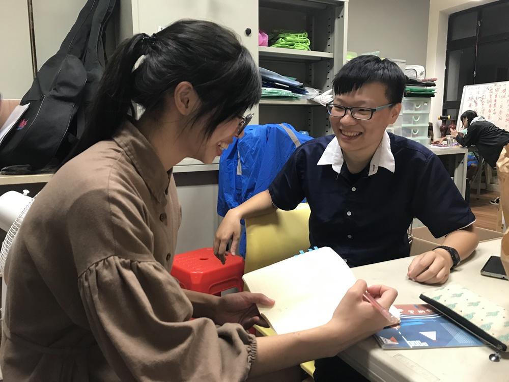 04-志願服務記者團成員採訪青年志工服務故事.jpg